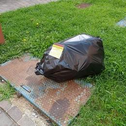 Guerra ai sacchi neri non trasparenti  «Li lasceremo davanti alle abitazioni»