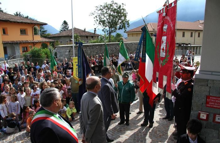 La folla che ha partecipato alla cerimonia inaugurale