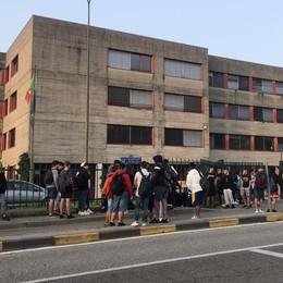 Scuole e via de Gasperi: è tornato il caos  «Serve un posteggio davanti all'Agnesi»
