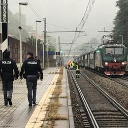 Si getta sotto a un treno  Tragedia ad Olgiate