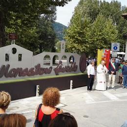 Calolzio, monastero più bello e sicuro  Inaugurato il cancello-monumento