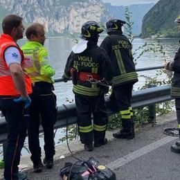 Valbrona, scontro con auto  Motociclista finisce nel lago