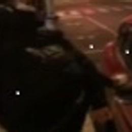 Filmano i calci alle auto in sosta  Identificati i ragazzi