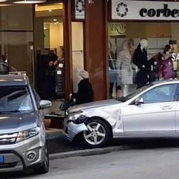 Incidente in centro a Erba Auto finisce sul marciapiede