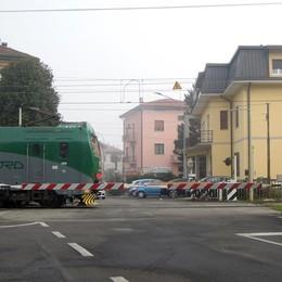 Lambrugo, passaggio a livello in tilt  Treni in ritardo sulla Milano-Asso