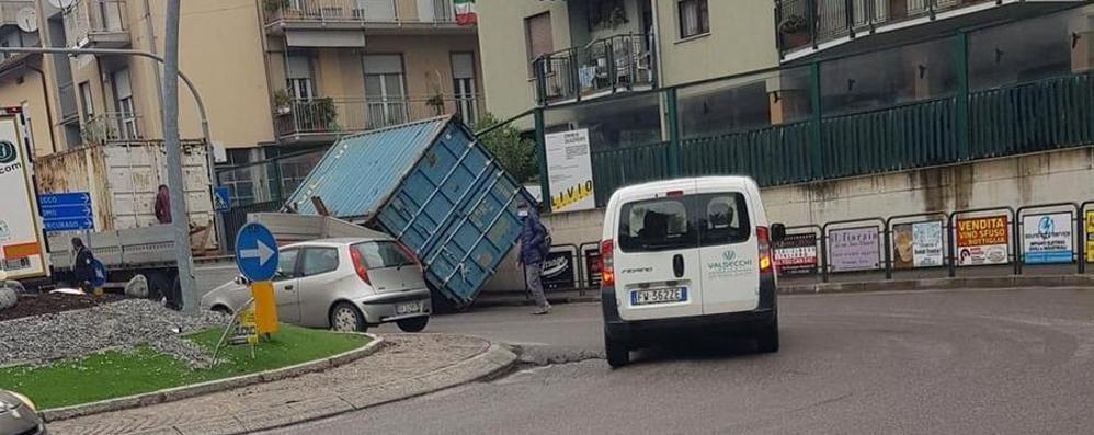 Il container si ribalta  Corso Dante a Calolzio va in tilt