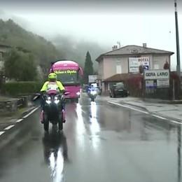 Giro d'Italia, protesta  dei corridori: salta  il passaggio sul lago