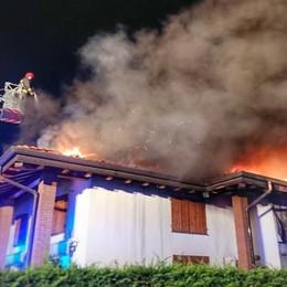 Paderno, fuoco sul tetto della villa  Danni ingenti, sfollate otto persone