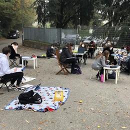 Lezioni all'aperto all'Agnesi di Merate  I liceali: «Fateci tornare in classe»