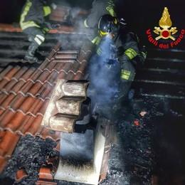 Va a fuoco un tetto a Barzio  Rogo spento in tre ore