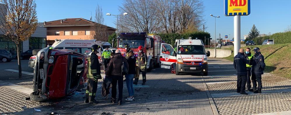 Albavilla, furgone esce di strada  e travolge un'auto: due feriti gravi