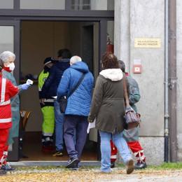 Galbiate, dosi dei vaccini finite   protesta degli anziani in coda