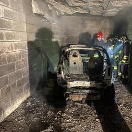 Brucia l'auto in garage  Sgombrati appartamenti