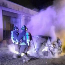 Auto in fiamme nella notte  Distrutta una macchina a Olginate