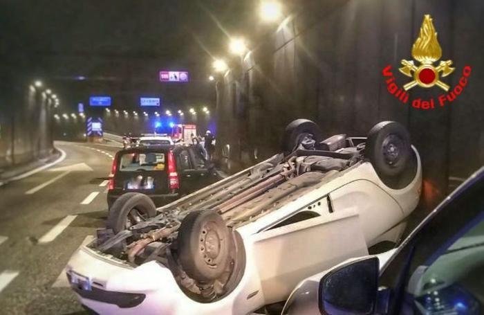 L'auto ribaltata nell'attraversamento di Lecco