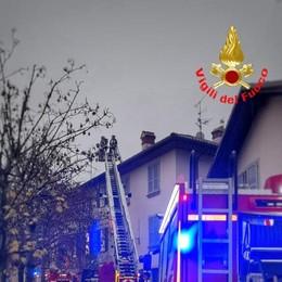 Calco, va in fiamme  il tetto di un'abitazione