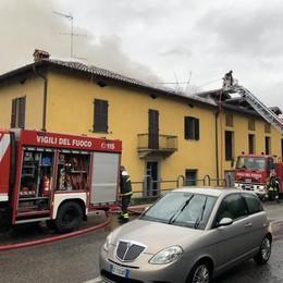 Calco, va a fuoco il tetto della palazzina  Alloggi inagibili, sei persone sfollate