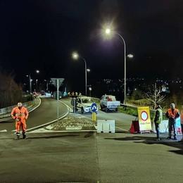 Oggiono, controlli sul ponte della ferrovia  Camion in fila per verificare la tenuta