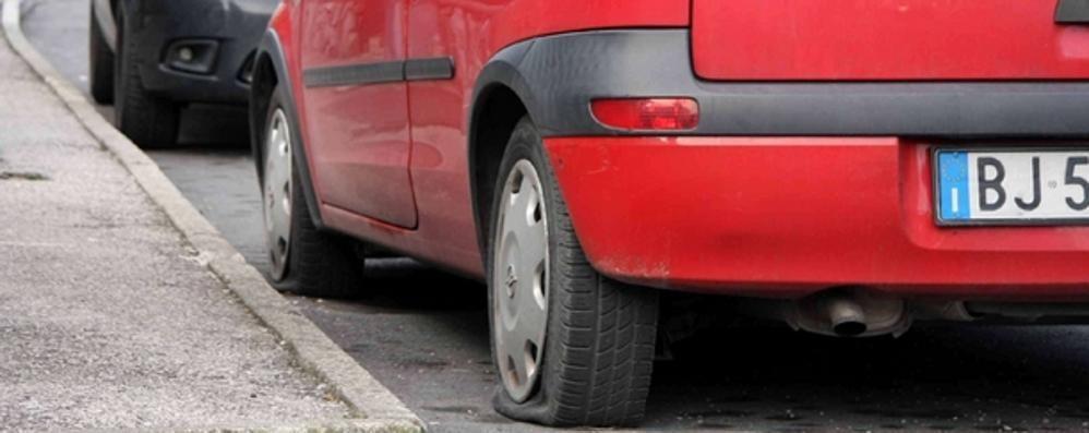 Civate, gomme bucate a cinquanta auto  L'accusa chiede due anni di carcere