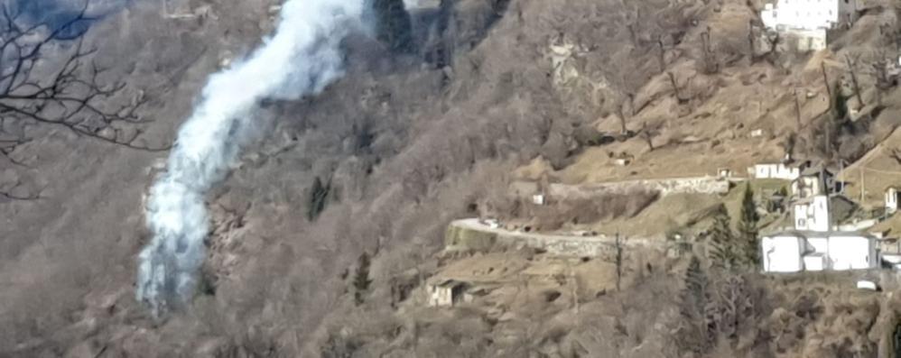 Incendio a Pagnona  nel bosco sotto la Sp 67
