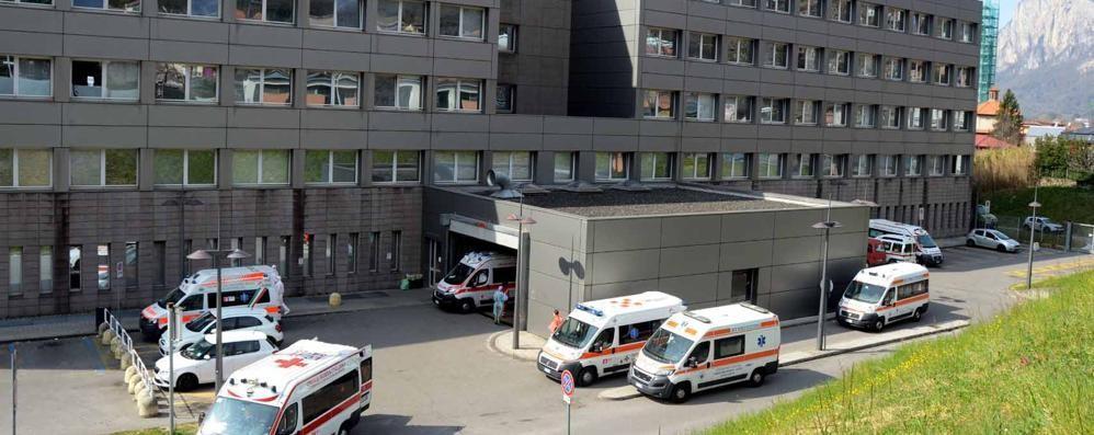 «Tra Lecco e Merate  450 pazienti Covid  State a casa, vi prego»