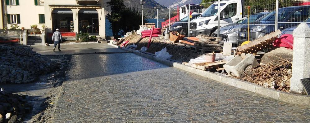 Posteggi contesi in piazza IV Novembre  I negozianti di Lierna: «Sì al disco orario»