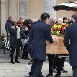 Galbiate, folla ai funerali di Pino Trovato  «Il tuo canto rendeva felice la gente»