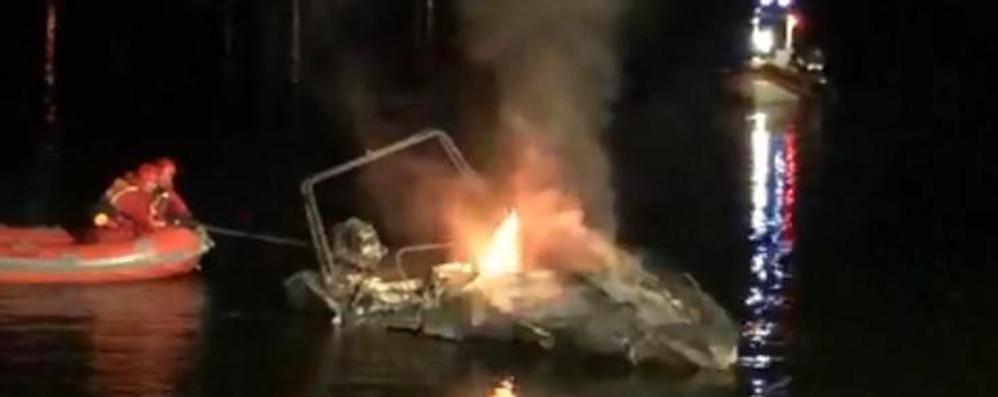 Sorico, gommone in fiamme Caccia al piromane del lago