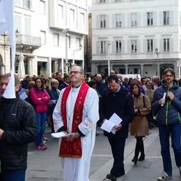 La Croce tra le case di Lecco  «Noi uniti dalla preghiera»