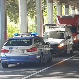 Mandello, Anziano ciclista urta un furgone  Tanta paura e circolazione bloccata