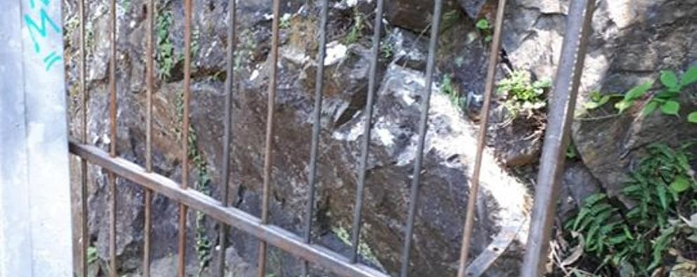 Introbio, vandali alla cascata  Danneggiato il cancelletto
