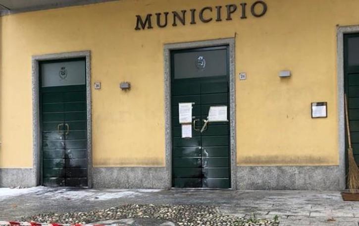 Attentato incendiario al municipio di Brivio  Già individuato il piromane