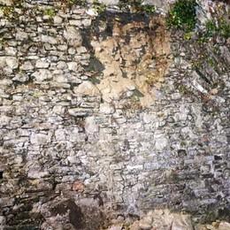 Forte temporale nel Lecchese  A Ello cede parte di un muro