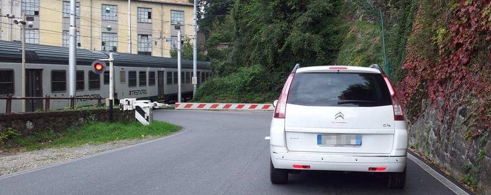 A Bellano Sp 62 chiusa cinque giorni  per i lavori di Rfi al passaggio a livello