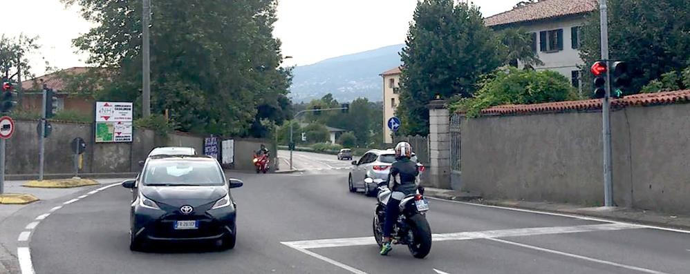 """Merone , il semaforo intelligente  non """"vede"""" le moto e resta rosso   GUARDA IL VIDEO"""
