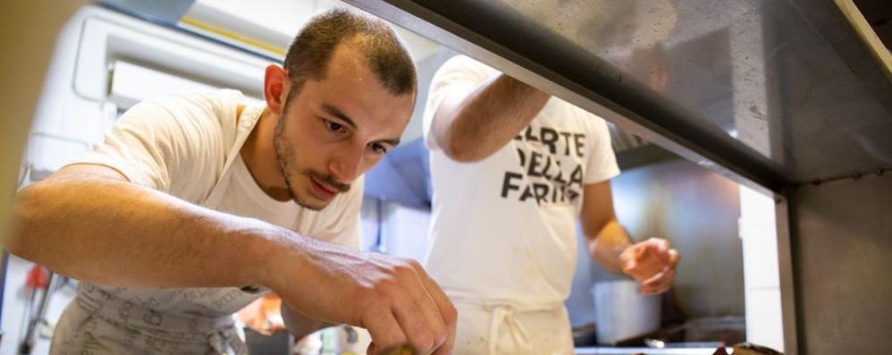 Flavio, dall'università ai fornelli a Calolzio  «Il Covid si supera con la creatività»