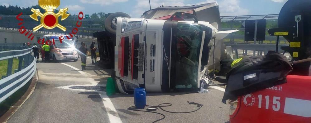 Tir si ribalta in Pedemontana  Lomazzo, camionista ferito