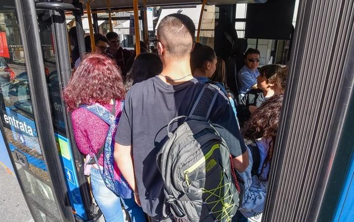 «Bus, tutti seduti  e metà posti in piedi  Le scuole ci aiutino»