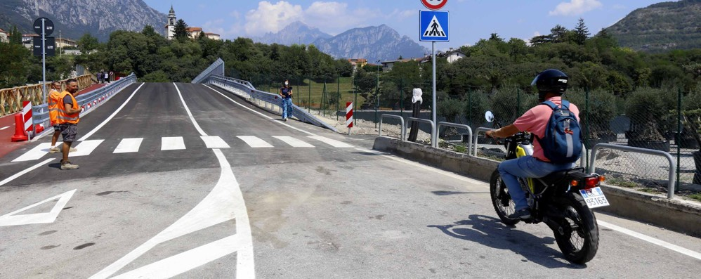 Civate, ponte aperto, scattano i divieti  Gli autotreni non passeranno