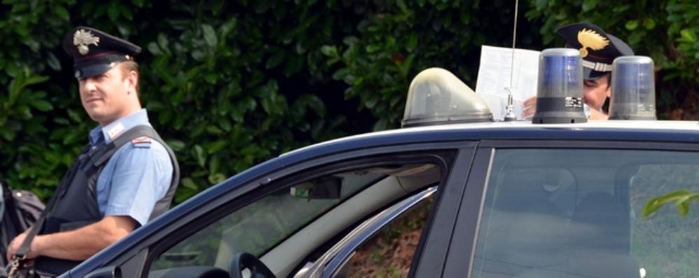 Si aggrappa all'auto del ladro e cade  Rimane ferito sull'asfalto a Barzago