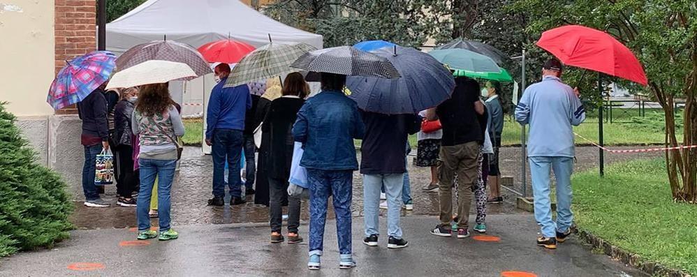 Erba, troppi in fila all'ospedale  Prenotazione esami solo di pomeriggio