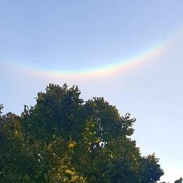 Evento singolare e raro in cielo  Spunta l'arcobaleno al contrario