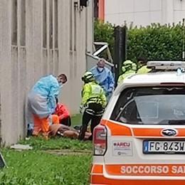 Infortunio a Osnago: la scala cede  Operaio cade e si rompe una gamba