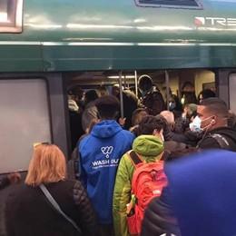 Paderno, Il treno si blocca in  campagna  Ritardi a catena e assembramenti