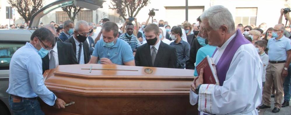 L'ultimo saluto a don Roberto  Il video dell'addio in Valtellina  A Como messa in Duomo