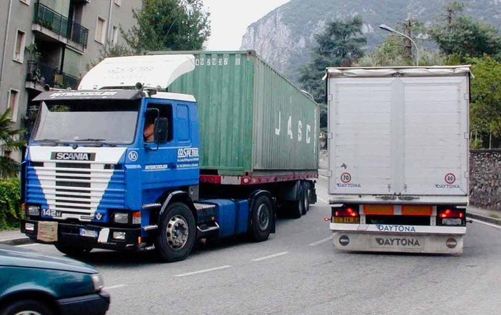 Navigatori vecchi, camion dirottati  A Ballabio torna il traffico del 2006