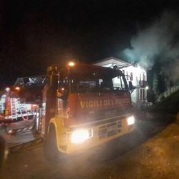 Ballabio, fiamme sopra un tetto  Intervengono i vigili del fuoco