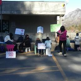 Cremeno, il sit-in di genitori e alunni  «Basta con la didattica a distanza»