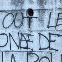 Introbio, Raid a colpi di spray   Le forze dell'ordine nel mirino dei vandali