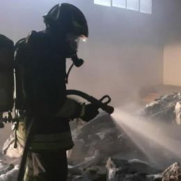 Lomagna, incendio in un capannone  Fiamme nell'area ex Junker